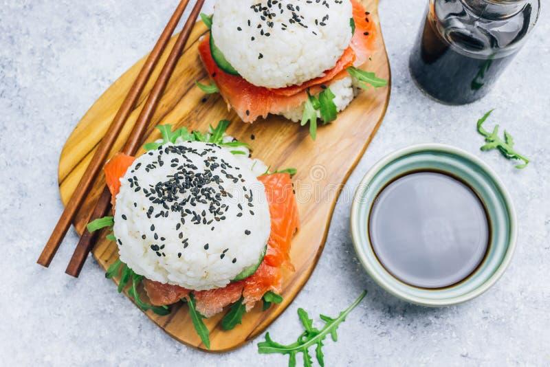 Hamburguesa libre de los salmones del sushi del gluten asi?tico hecho en casa del estilo imagen de archivo