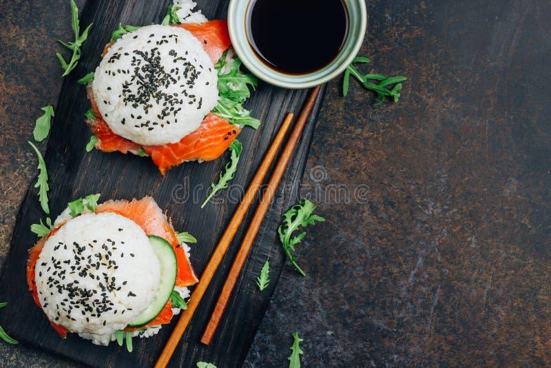 Hamburguesa libre de los salmones del sushi del gluten asi?tico hecho en casa del estilo imagen de archivo libre de regalías