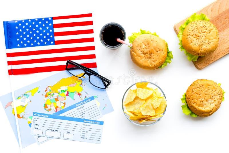 Hamburguesa, microprocesadores, mapa, boletos y bandera de los E.E.U.U. para el turismo gastronómico a América en la opinión supe imagen de archivo libre de regalías