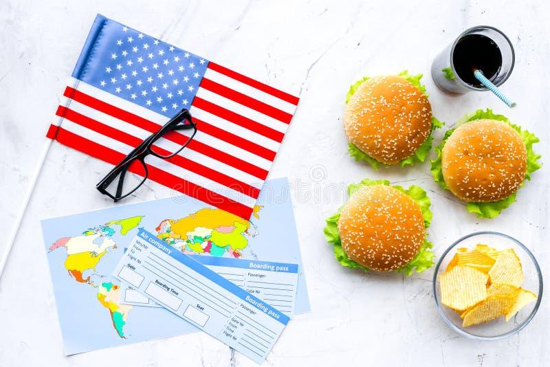 Hamburguesa, microprocesadores, mapa, boletos y bandera de los E.E.U.U. para el turismo gastronómico a América en la opinión supe imágenes de archivo libres de regalías