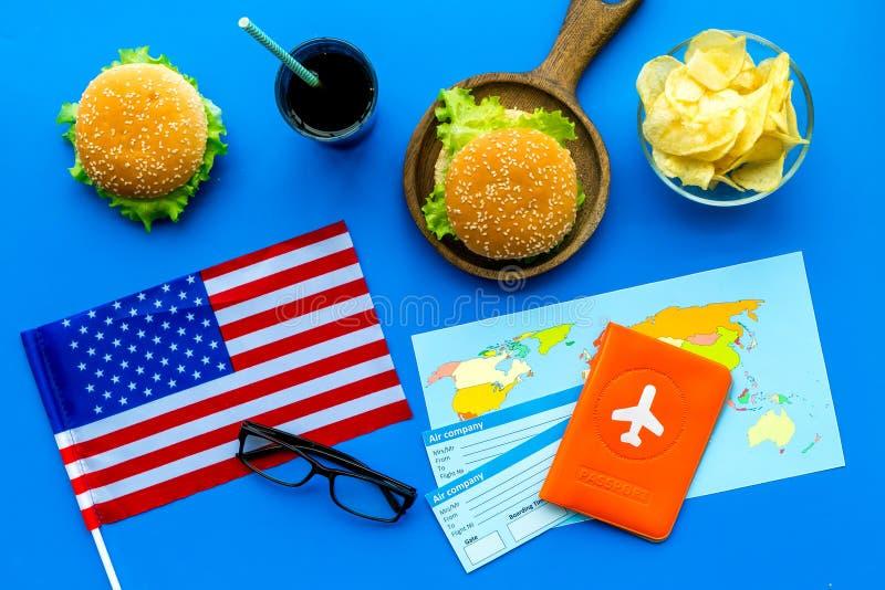 Hamburguesa, microprocesadores, mapa, pasaporte, boletos y bandera de los E.E.U.U. para el turismo gastronómico a América en la o imagen de archivo libre de regalías