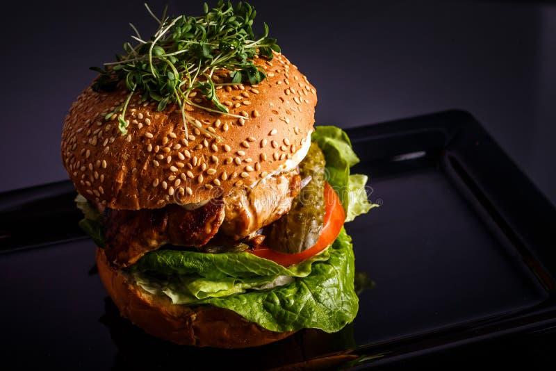 Hamburguesa sabrosa hecha en casa con carne de vaca, queso y cebollas caramelizadas foto de archivo libre de regalías