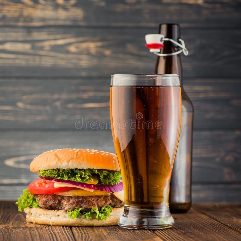 Hamburguesa y cerveza fotos de archivo