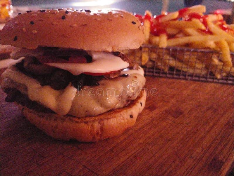 Hamburguesa y fritadas fotografía de archivo libre de regalías