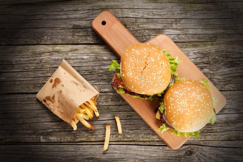 Hamburguesa y fritadas deliciosas fotografía de archivo libre de regalías