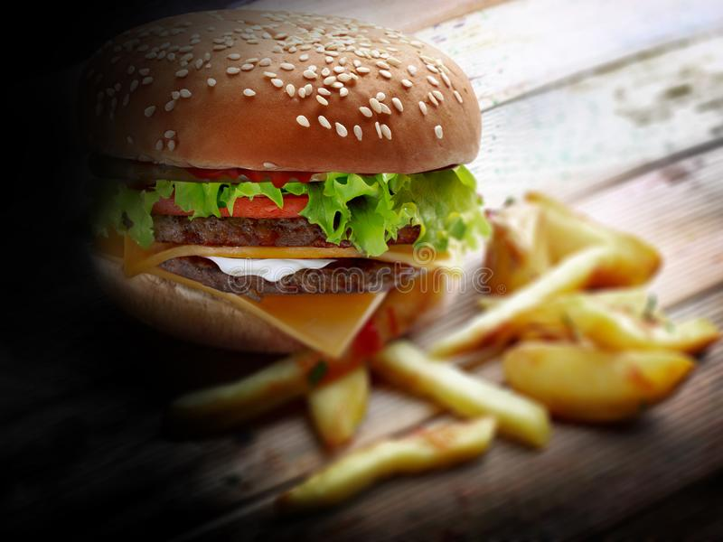 Hamburguesa y patatas fritas grandes foto de archivo libre de regalías