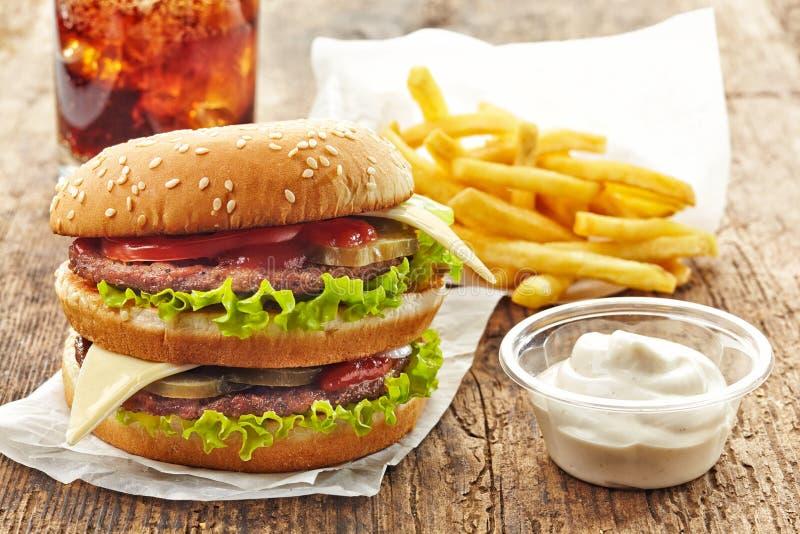 Hamburguesa y patatas fritas grandes imagen de archivo