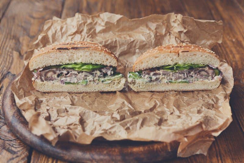 Hamburguesas americanas clásicas, alimentos de preparación rápida en el fondo de madera imagen de archivo