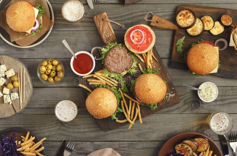 Hamburguesas con diversa comida foto de archivo libre de regalías