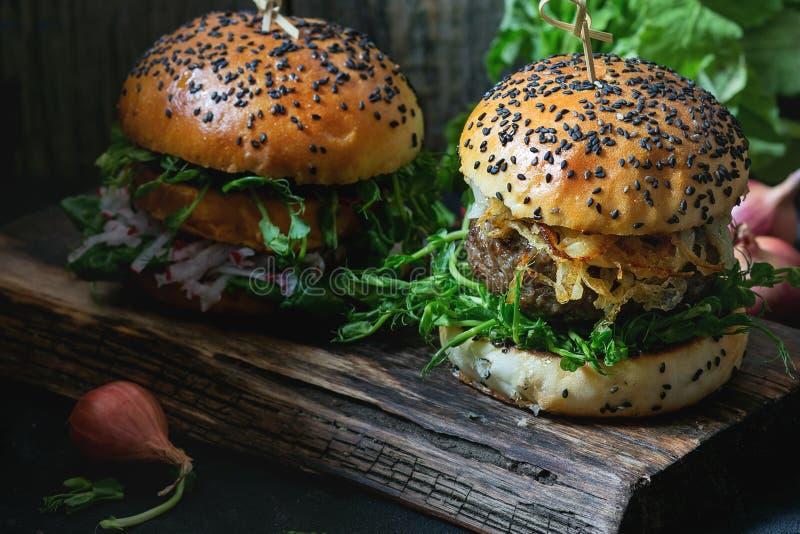 Hamburguesas hechas en casa con carne de vaca imagen de archivo libre de regalías