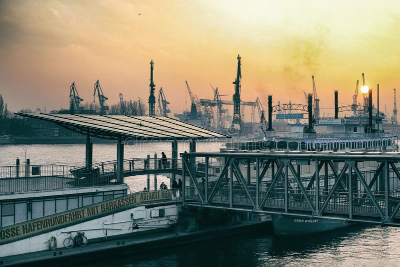 Hamburski Landungsbruecken St Pauli wakacyjnego przyjęcia morski abendrot obraz royalty free