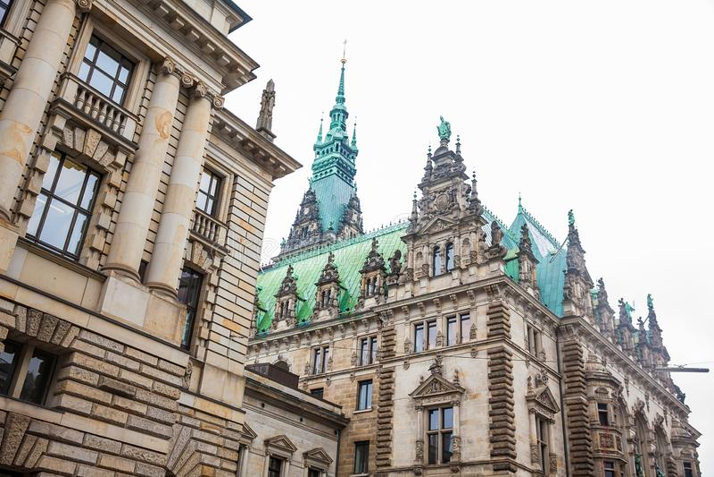Hamburski urząd miasta buildiing lokalizować w Altstadt ćwiartce w centrum miasta przy Rathausmarkt kwadratem zdjęcia stock