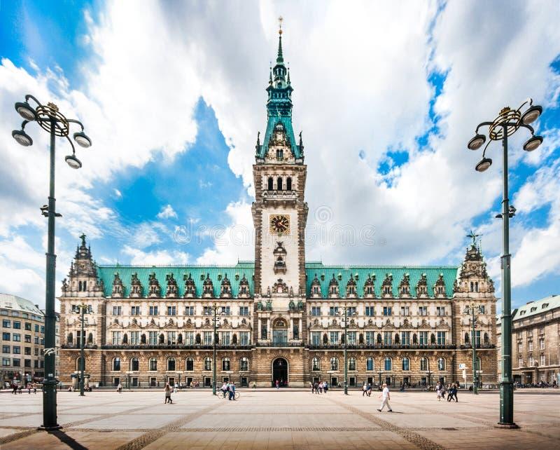 Hamburski urząd miasta z dramatycznymi chmurami, Niemcy obrazy stock