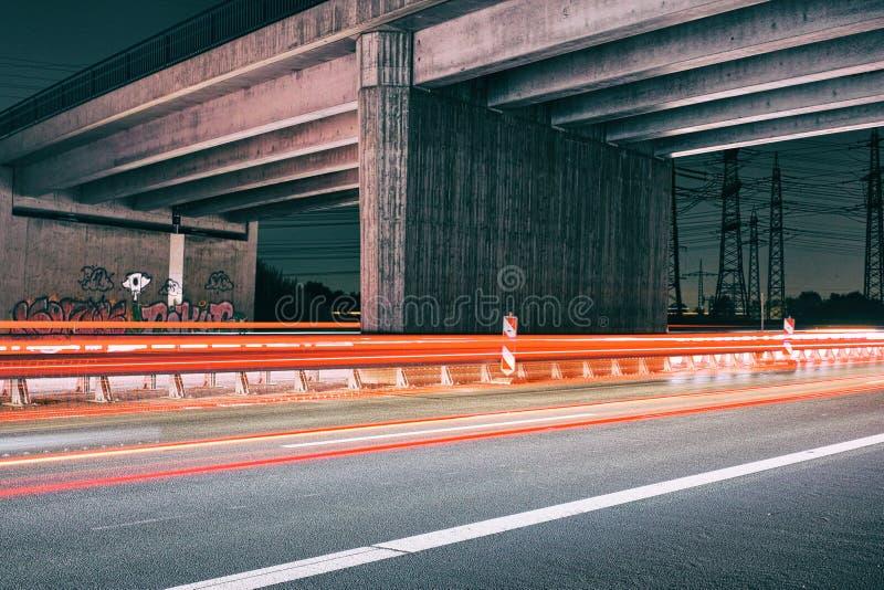 Hamburskiego architektura mosta brutalism betonu czerwieni postu uliczny laserowy autobahn obrazy stock