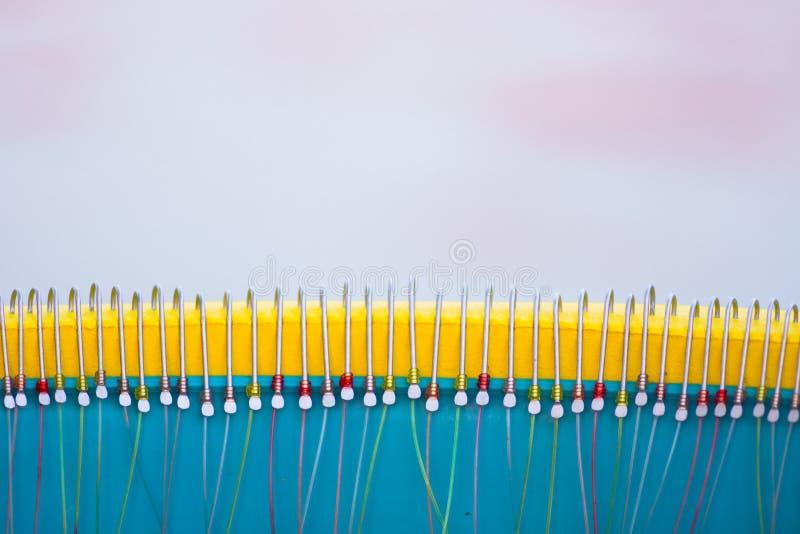 Hameçons dans une ligne avec des ficelles colorées La méthode de pêche grecque traditionnelle a appelé le paragadi, Georgioupolis photos stock