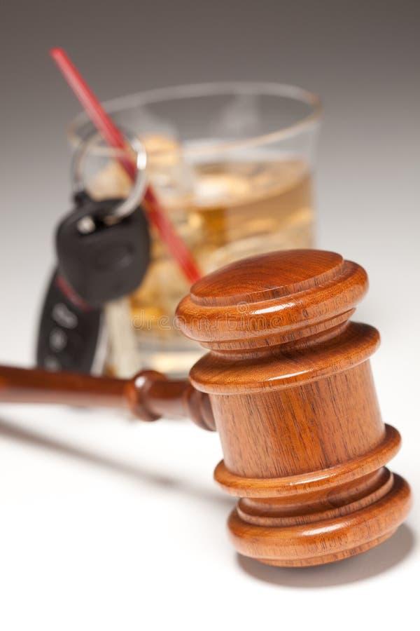 Hamer, de Alcoholische Drank & Sleutels van de Auto stock afbeeldingen