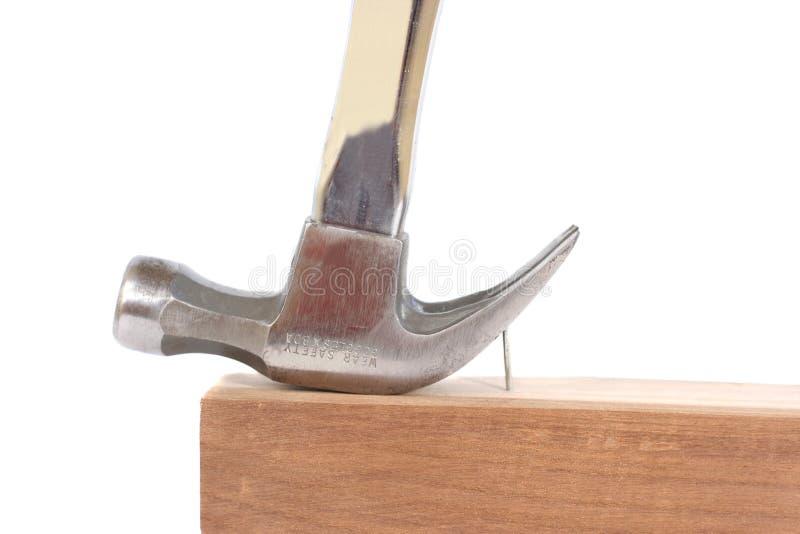 Hamer die een spijker terugtrekt stock afbeelding