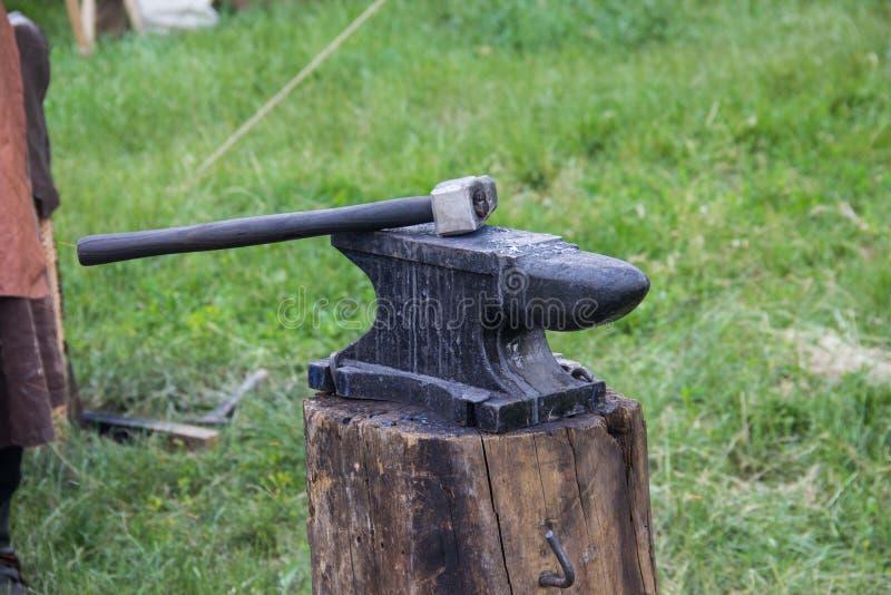 Hamer en aambeeld dat door een smid wordt gebruikt royalty-vrije stock afbeelding