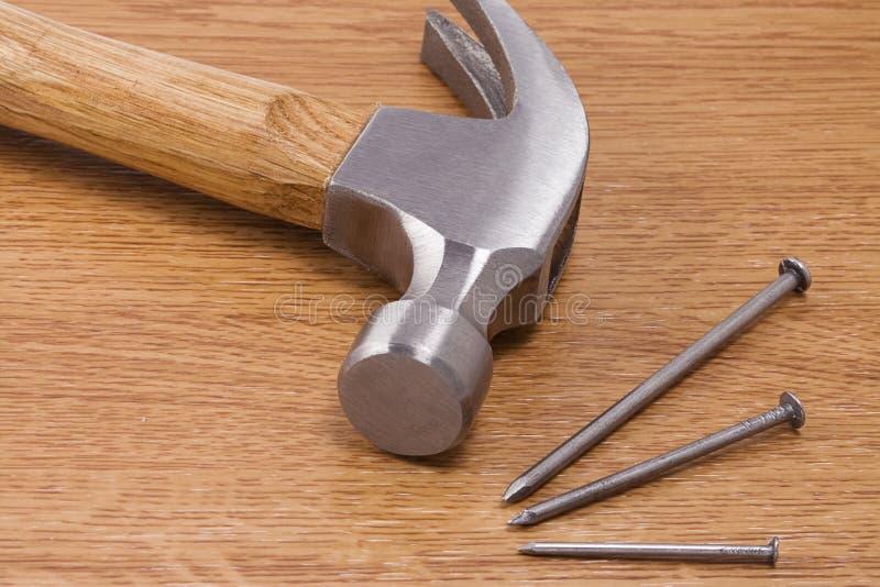 hamer en spijker op hout stock afbeelding afbeelding. Black Bedroom Furniture Sets. Home Design Ideas