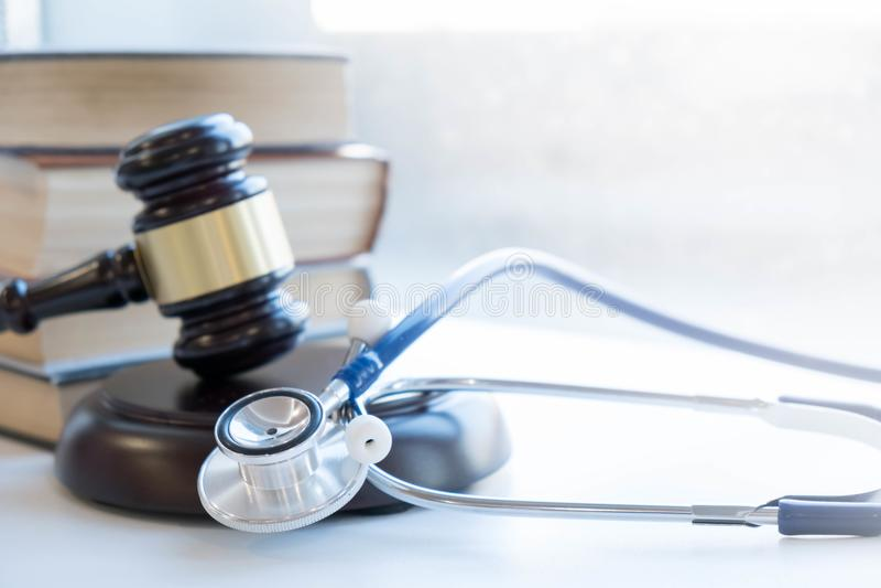Hamer en stethoscoop medische jurisprudentie wettelijke definitie van medisch misdrijf procureur gemeenschappelijke fouten artsen stock fotografie