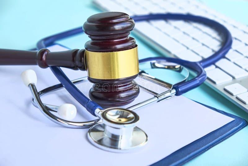 Hamer en stethoscoop medische jurisprudentie wettelijke definitie van medisch misdrijf procureur gemeenschappelijke fouten artsen stock foto