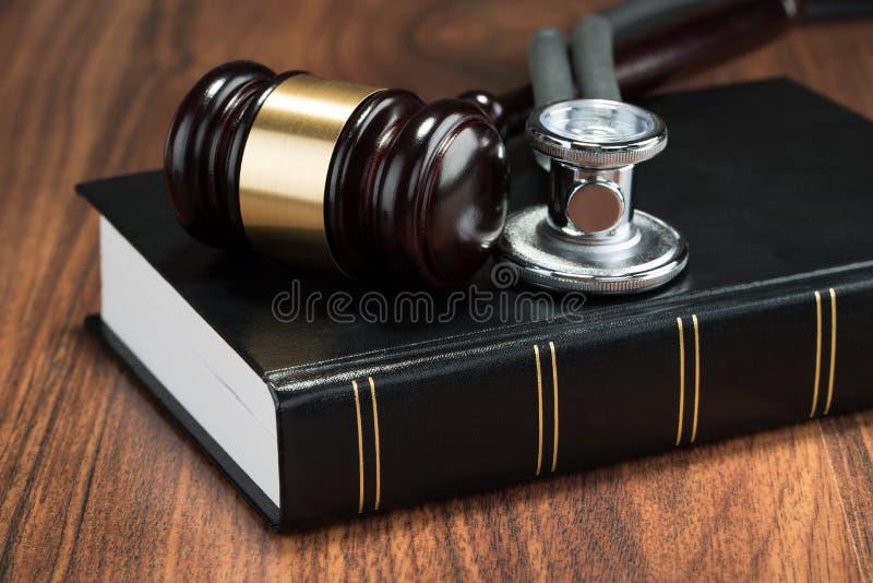 Hamer en stethoscoop op boek stock foto's