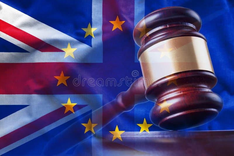 Hamer op achtergrond van Britse en Europese Unie vlaggen stock illustratie