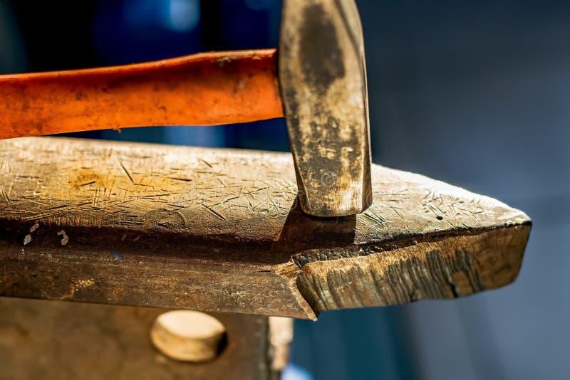 Hamer op een metaalaambeeld in een workshop Close-up van metaalbewerkende hulpmiddelen stock afbeelding