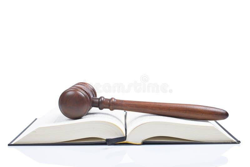 Hamer over het geopende wetsboek stock afbeeldingen