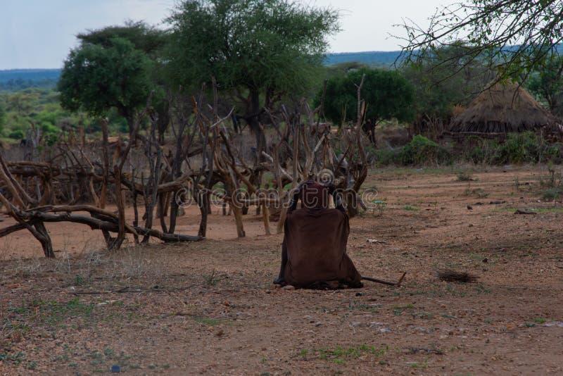 Hamer tribe vrouw op de grond royalty-vrije stock afbeeldingen