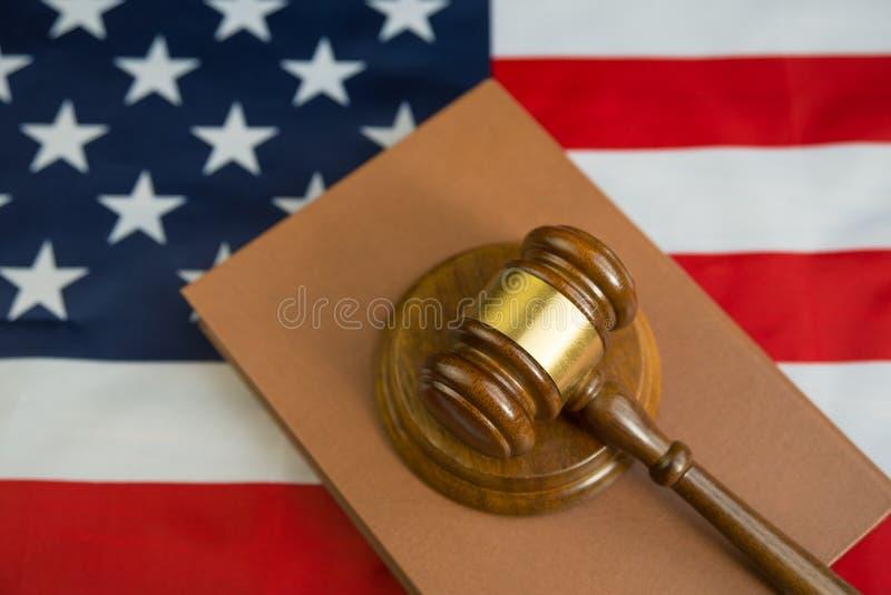 Hamer van de rechter op het boek van wetten, de achtergrond van de vlag van de Verenigde Staten van Amerika stock afbeelding