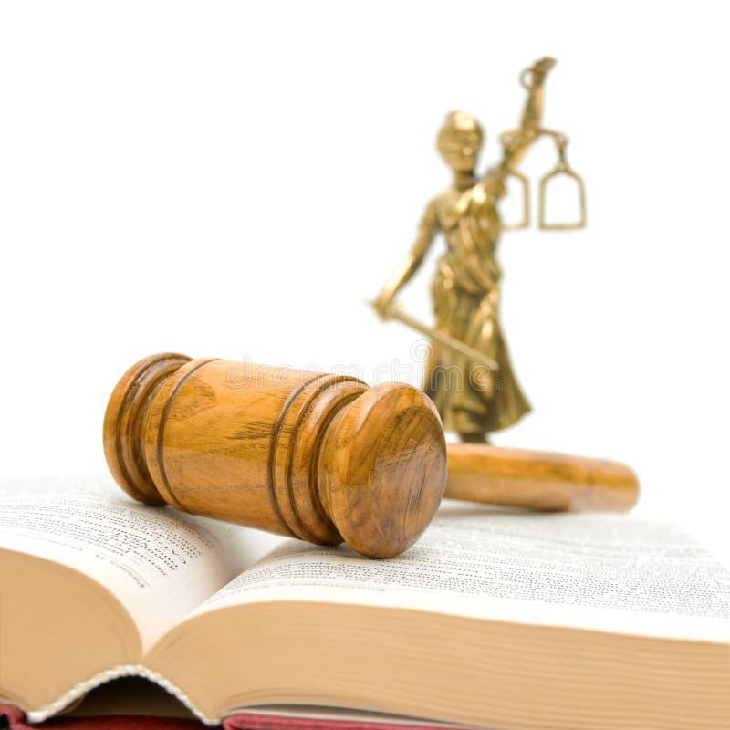 Hamer, wetsboek, een standbeeld van rechtvaardigheid op een wit stock afbeelding