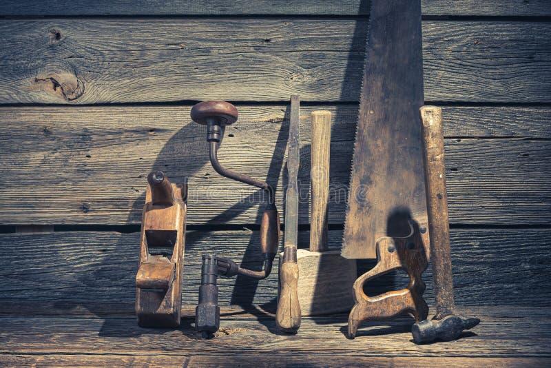 Hamer, zaag en beitel in rustieke werkbank stock afbeeldingen