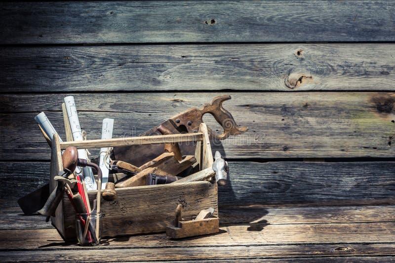 Hamer, zaag en planer in timmerwerktoolbox royalty-vrije stock foto