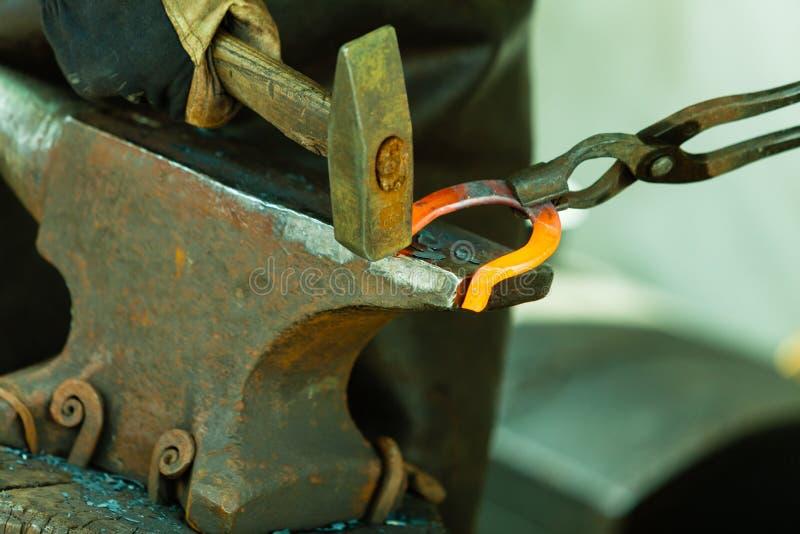 Hamerend gloeiend staal - om te slaan terwijl het ijzer heet is royalty-vrije stock foto's