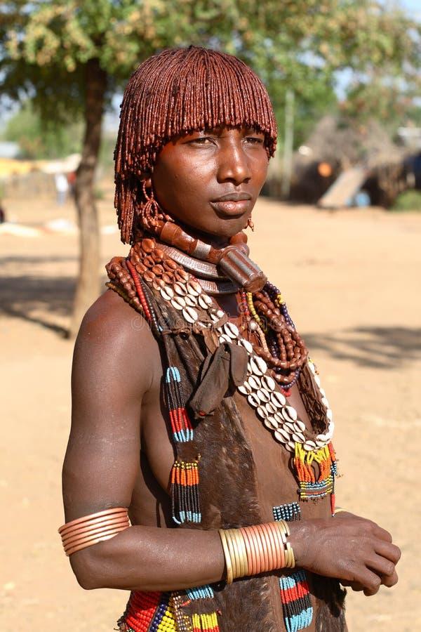 Hamervrouw in Zuiden Omo, Ethiopië stock afbeelding