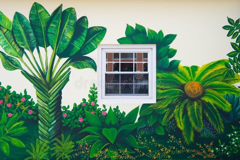 Hamilton, Bermudes - mars, 20, 2016 : art de rue de la peinture murale de mur Jardin tropical peint sur le mur dans la rue mur photo libre de droits
