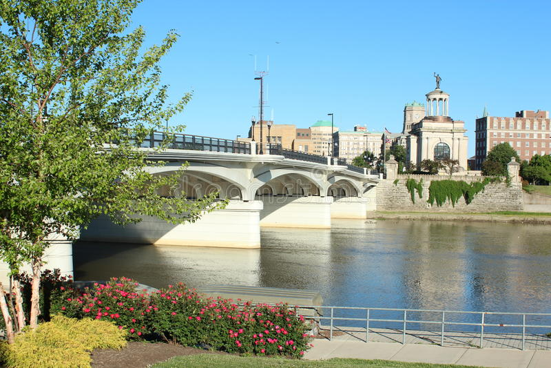 Hamilton Bridge dat de Grote Rivier van Miami in Hamilton, Ohio kruist royalty-vrije stock fotografie