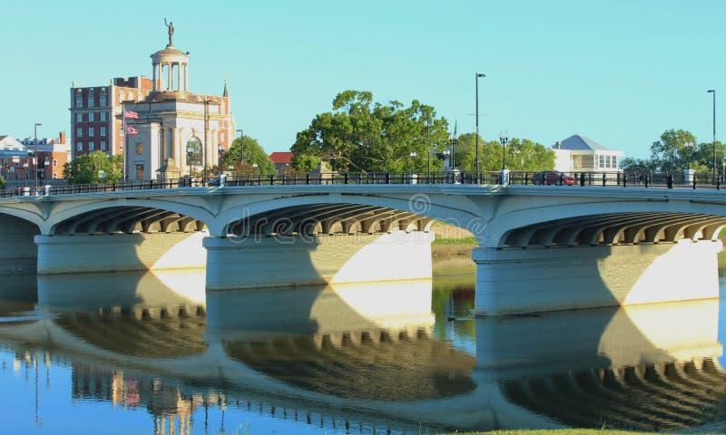 Hamilton Bridge Reflecting på Great Miami River i Ohio royaltyfri foto