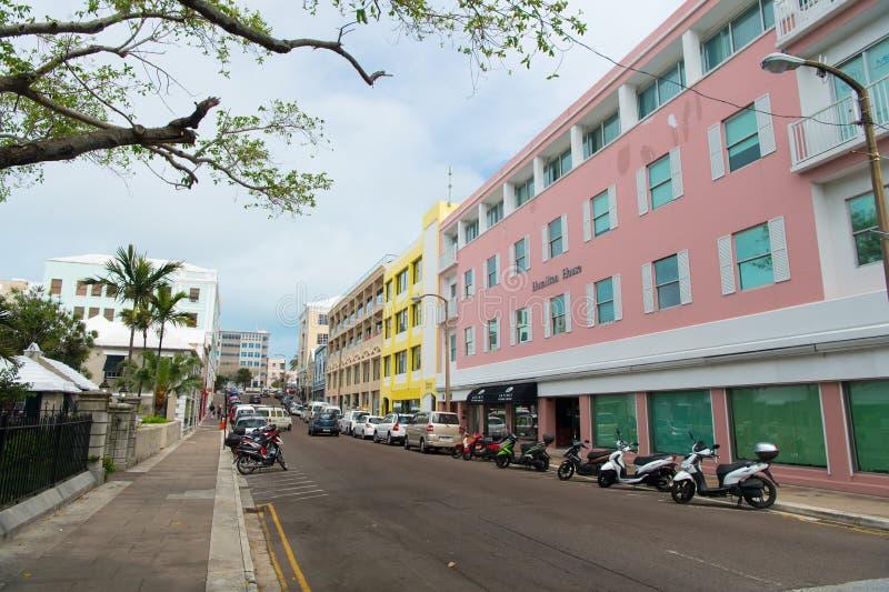 Hamilton, de Bermudas - Maart, 20, 2016: straatweg de weg van de stadsstraat Auto's en autopedden langs kant van straatweg die wo royalty-vrije stock afbeelding