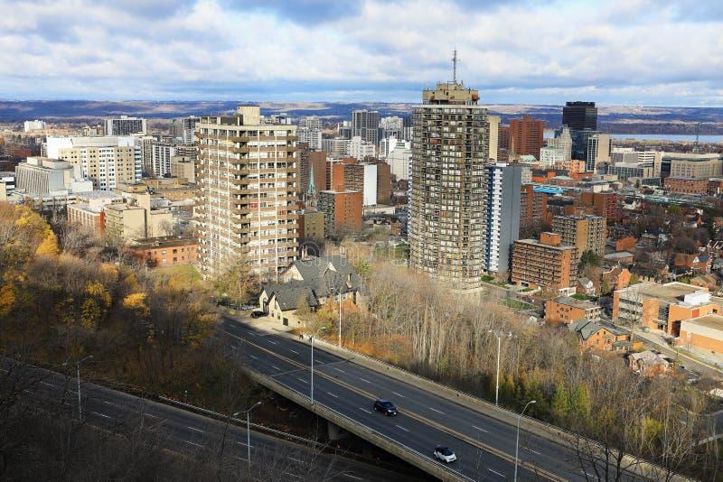Hamilton Kanada med motorvägen i förgrund fotografering för bildbyråer
