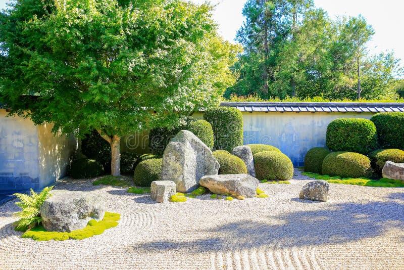 HAMILTON NZ - FEBRUARI 25, 2015: Japanträdgård av begrundande i Hamilton Gardens fotografering för bildbyråer
