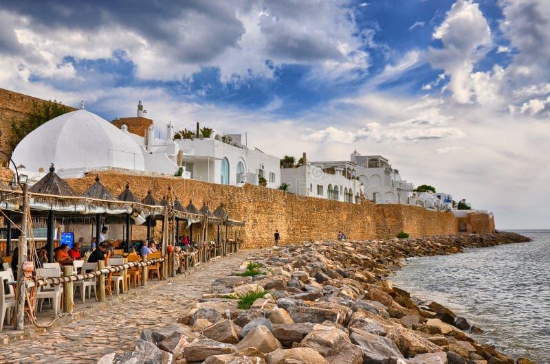 HAMMAMET,突尼斯- 2014年10月:在石海滩的咖啡馆古老Med 库存图片