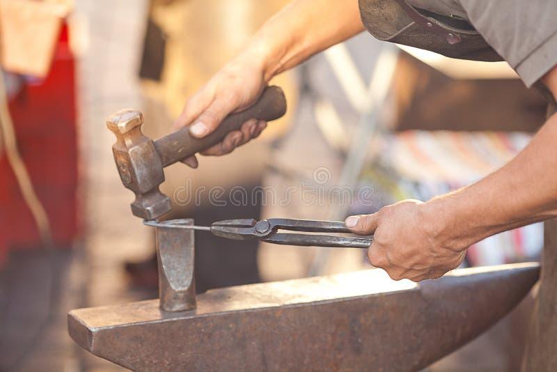 Hammare, städ och händerna royaltyfria bilder