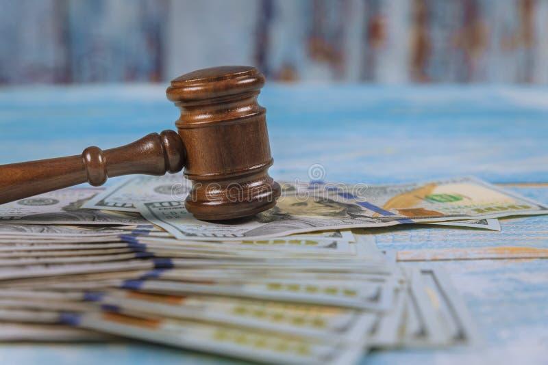 Hammaredomare och dollar på trätabellslut upp korruption, finansiellt brott för pengar royaltyfria foton