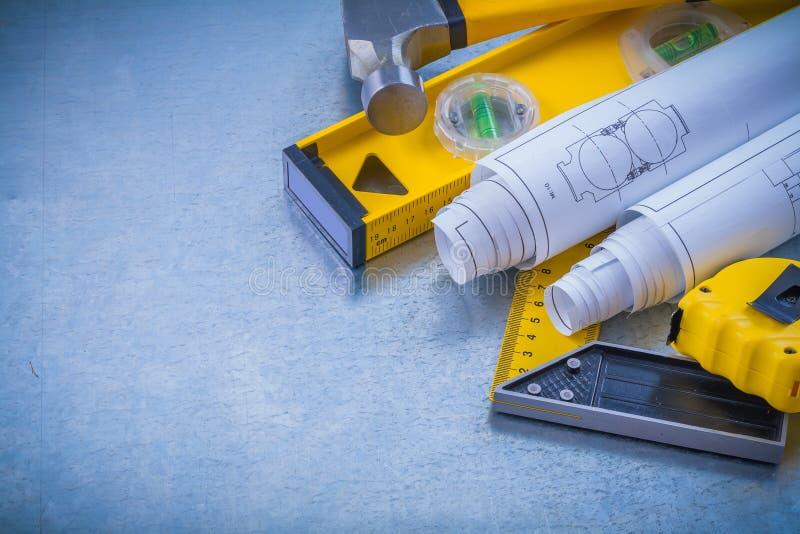 Hammaren som mäter bandet, gör en skiss av konstruktion royaltyfri fotografi
