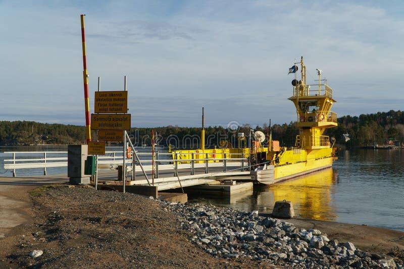Hammaron浓汁肉,芬兰- 2018年4月29日:在船坞,Hammaro浓汁肉,2018年4月29日的黄色渡轮 免版税图库摄影