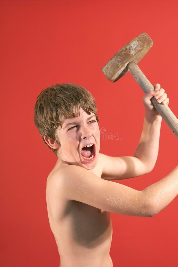 Hamme d'oscillazione dello slede del ragazzo arrabbiato immagini stock libere da diritti