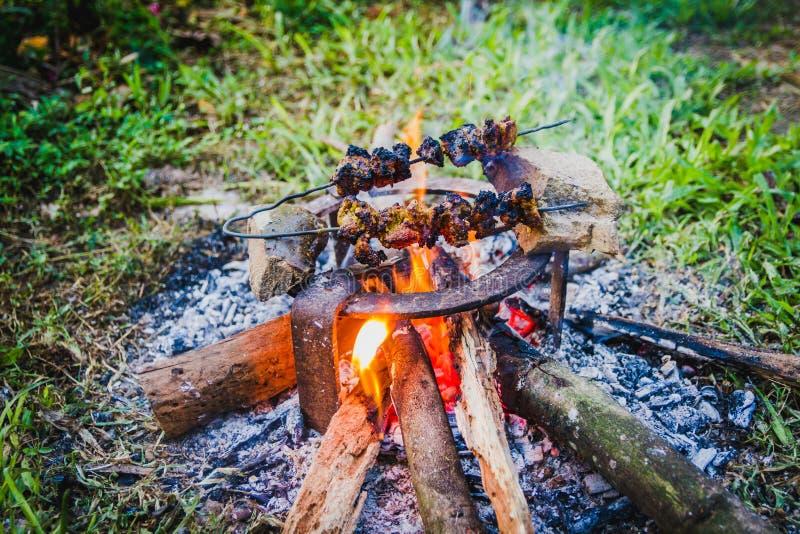 Hammelfleisch spießt Grillen auf einem Grill auf Holzkohlengrill, T auf lizenzfreie stockfotografie