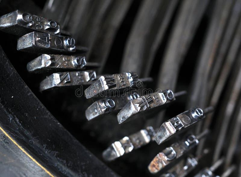 Hammer auf einer alten Schreibmaschine stockbild